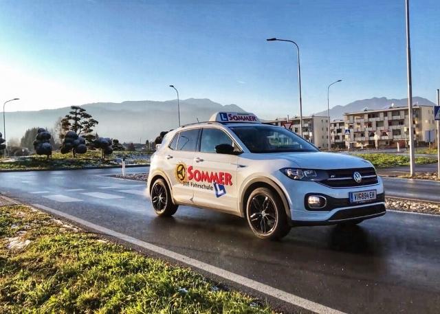 So macht Autofahren Spaß! Unsere VW T-Cross sind ein echter Hingucker auf den Straßen in und rund um Villach 🤩😀 #fahrschulesommer #fahrschule #villach #führerschein #auto #bl17 #bdual #vw #tcross #freudeamfahren