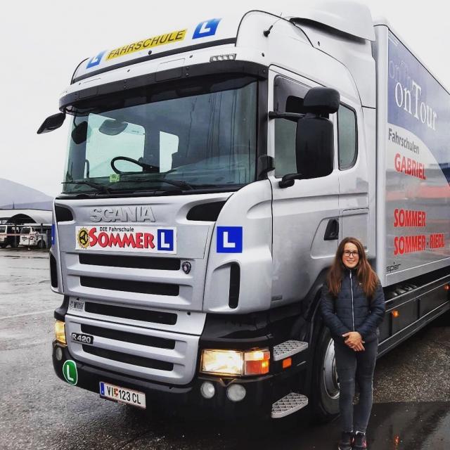 Unsere jüngste Trucker-Lady 🤩 hat die Führerscheinprüfungen für LKW und Anhänger sowie die praktische Grundqualifikation für Berufskraftfahrer mit Bravour gemeistert! Wir sind stolz auf dich! 👍🏼 #fahrschulesommer #fahrschule #villach #lkw #lkwanhänger #c95 #lkwfahrer #lkwausbildung #berufskraftfahrer #berufskraftfahrerausbildung #frauenpower #lkwfahrerin #truckerbabe #wirsindstolzaufdich